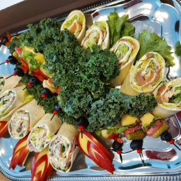 Tortilla, kanapki rolki z warzywami, łososiem