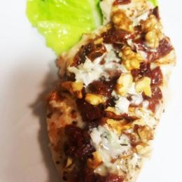 Filet z kurczaka z suszonym pomidorem, orzechami włoskimi i serem pleśniowym