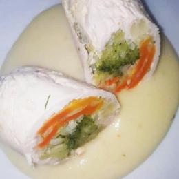 Roladka drobiowa z warzywami w sosie serowym