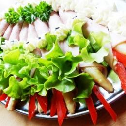 Półmisek szparagów owiniętych w szynce konserwowej z łezką kremu chrzanowego