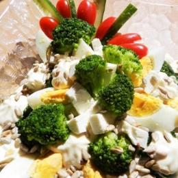 Sałatka z brokułów w sosie czosnkowym