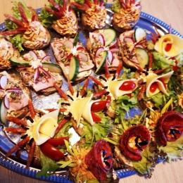 Kanapki bankietowe - ciemnego pieczywa z wędlinami i warzywami